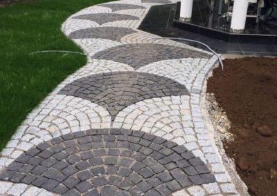 Aufwendige Pflasterarbeiten mit Natursteinen